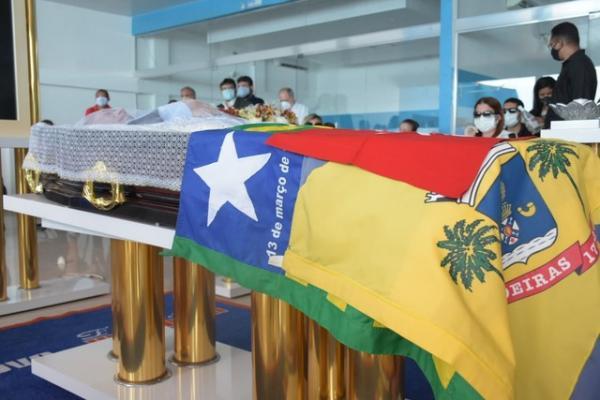 Familiares e amigos se despedem do deputado Assis Carvalho.(Imagem:Divulgação)