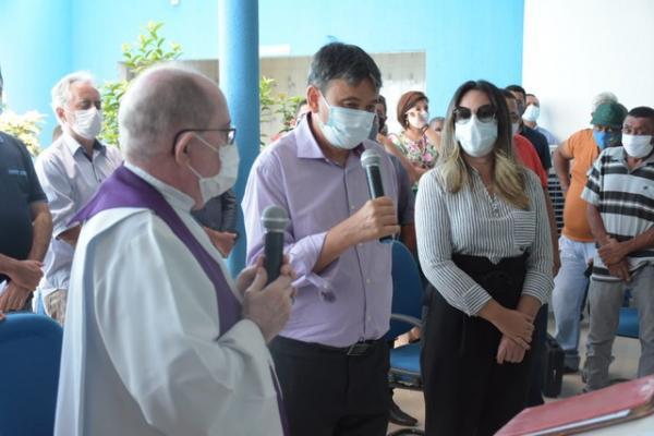 Governador esteve presente no velório de Assis Carvalho.(Imagem: Divulgação)