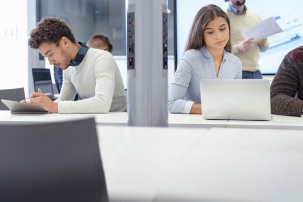 Mulheres levam desvantagem em termos salariais, mostra pesquisa da Catho.(Imagem:Monty Rakusen/Cultura Creative)