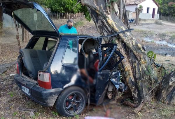 Carro sai da pista, bate em árvore, e mata três pessoas na BR-316 em Monsenhor Gil(Imagem:Reprodução)