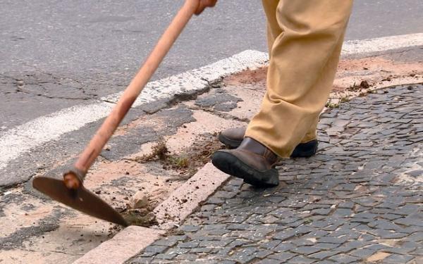 Trabalho de limpeza da calçada, por exemplo, feito por reeducandos, passará a ser realizado por 800 moradores.(Imagem:Reprodução/EPTV)