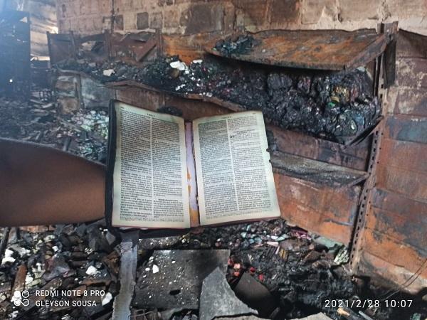 Bíblia é encontrada intacta em meio aos escombros do incêndio no