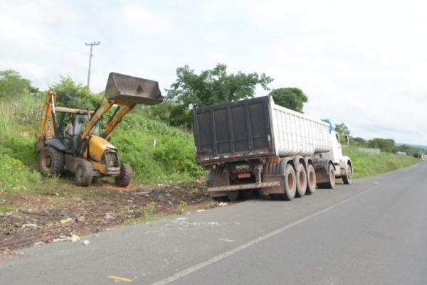 Infraestrutura recolhe lixo descartado de forma irregular em Floriano.(Imagem:Secom)
