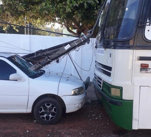Poste cai sobre dois veículos após caminhão arrastar afiação no Piauí(Imagem:Reprodução)