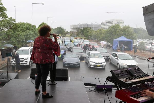 Casey Donovan se apresenta em drive-in de Sydney após flexibilização de restrições contra coronavírus(Imagem:REUTERS/Loren Elliott)