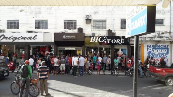 Dupla assalta loja da Cacau Show e efetua disparos no Centro de Floriano.(Imagem:FlorianoNews)