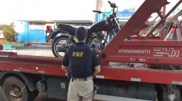Os policiais abordaram a motocicleta que era conduzida por um homem de 58 anos que não utilizava o capacete de segurança e transitava de forma perigosa na rodovia.(Imagem:PRF)