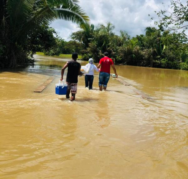 Profissionais de saúde atravessam riacho para vacinar idosos no Piauí.(Imagem:Arquivo Pessoal/Joana Rocha)