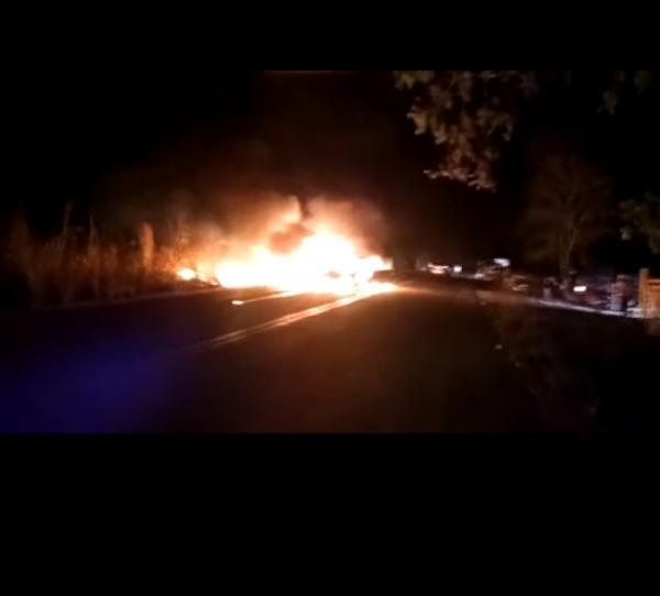 Carro com paredão de som pega fogo durante festa na zona rural de Floriano(Imagem:Reprodução)