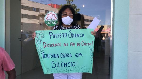 Sara Pereira presta última homenagem ao ex-prefeito Firmino Filho.(Imagem:Maria Romero)
