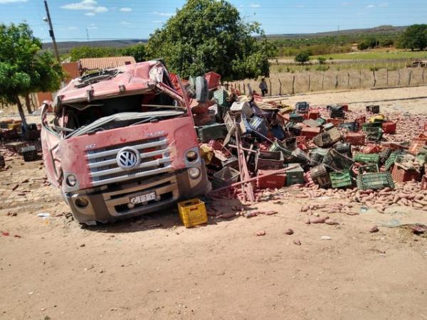 Veículo desgovernado atingiu caminhão e moto matando três pessoas no Sul do Piauí.(Imagem:Antônio Rocha/TV Clube)