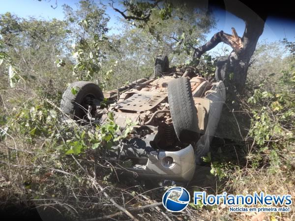 Buraco na pista provoca grave acidente na BR-343.(Imagem:FlorianoNews)
