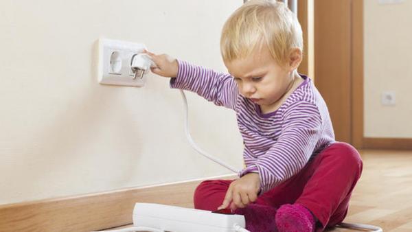 Tomadas abertas podem apresentar perigo às crianças e risco de choque elétrico.(Imagem:Divulgação)