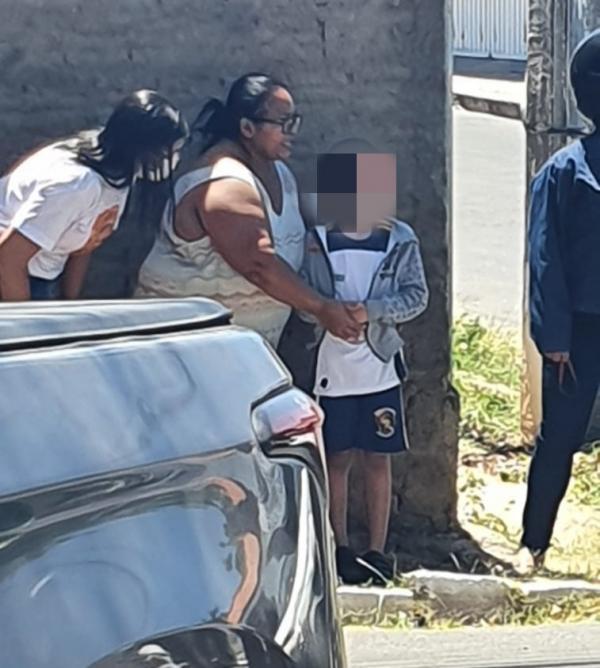 Criança vítima do acidente sendo acolhida por populares(Imagem:FlorianoNews)