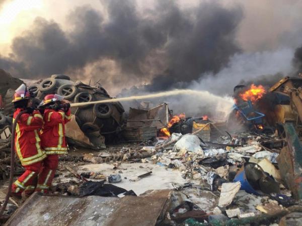 Bombeiros jogam água em um incêndio após explosão em Beirute, no Líbano.(Imagem:Mohamed Azakir/Reuters)