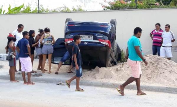 Veículo capota após condutor perder o controle em via de Floriano.(Imagem:Reprodução/Whats App)