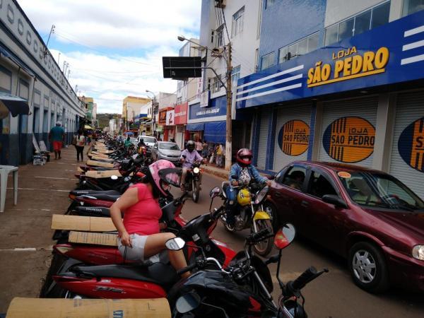 Comerciantes descumprem decreto e decisão judicial nesta segunda-feira (29) em Picos.(Imagem:Antônio Rocha /TV Clube)