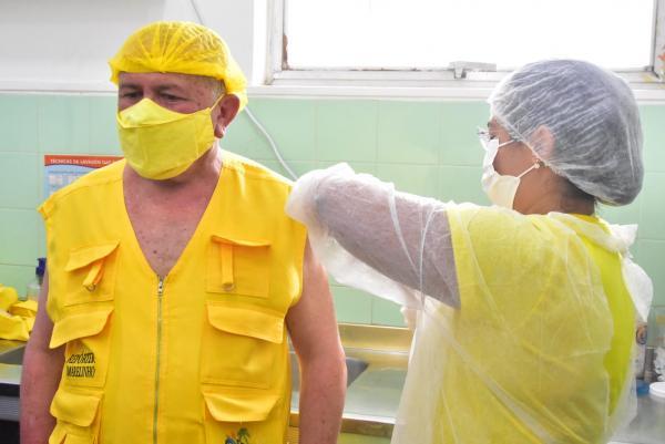 Repórter Amarelinho recebe a primeira dose da vacina contra o Covid-19(Imagem:Reprodução)