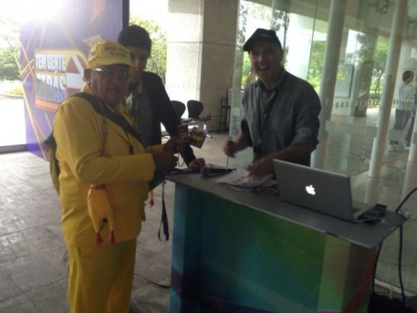 Repórter Amarelinho chega ao estúdio da Rede Globo(Imagem:FlorianoNews)