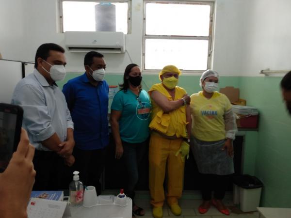 Repórter Amarelinho recebe a primeira dose da vacina contra o Covid-19(Imagem:FlorianoNews)