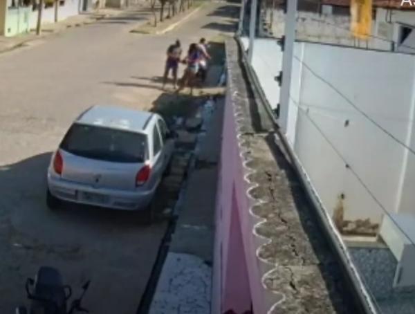 Mulher sendo abordada pelos assaltantes(Imagem:Reprodução)