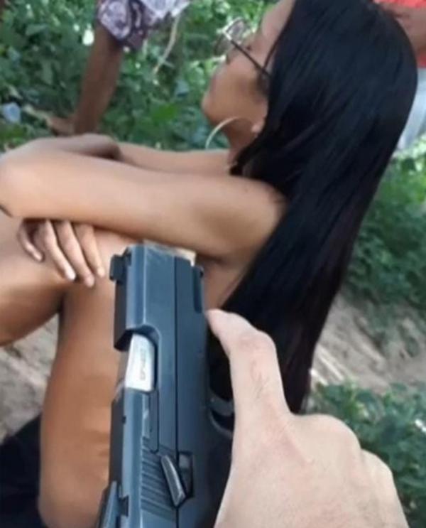 Família recebeu foto da jovem com uma arma apontada para ela, uma semana depois de ela desaparecer.(Imagem:Reprodução)