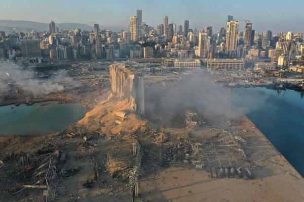 Imagem feita por drone mostra a local da explosão no porto de Beirute, no Líbano, nesta quarta-feira (5).(Imagem:Hussein Malla/AP)