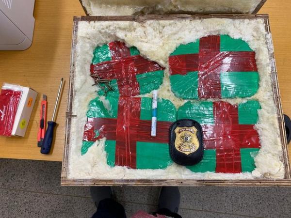 Droga foi encontrada dentro de caixa, dividida em 15 pacotes.(Imagem:Divulgação/PF)