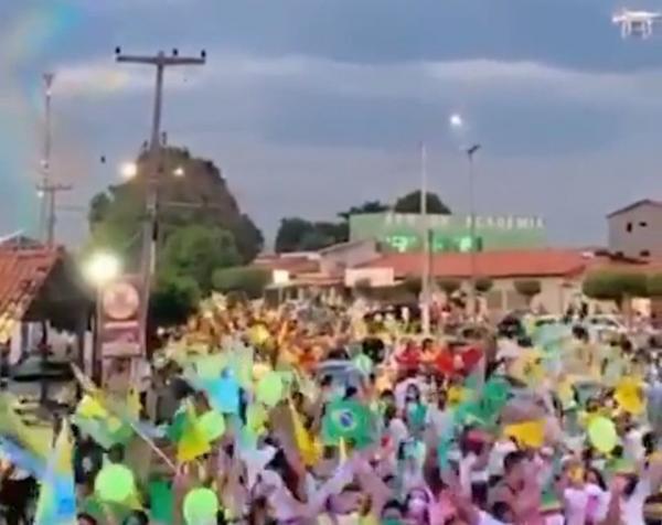 Aglomeração durante evento político em Água Branca.(Imagem:Reprodução/TV Clube)