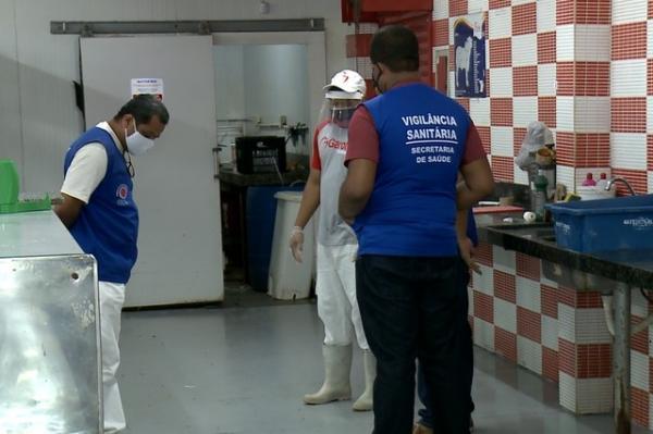 Vigilância sanitária fiscaliza supermercados em Floriano.(Imagem:Aparecida Santana/ TV Clube)
