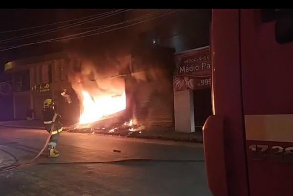 Incêndio destrói loja no centro de Floriano.(Imagem:Reprodução)