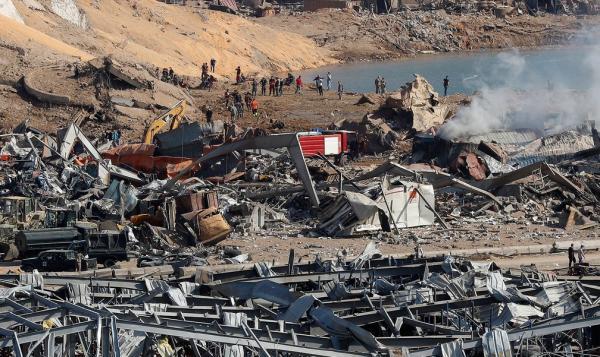 Equipes de resgate e agentes de segurança trabalham no local de uma explosão que atingiu o porto de Beirute, no Líbano, nesta quarta-feira (5).(Imagem:Hussein Malla/AP)