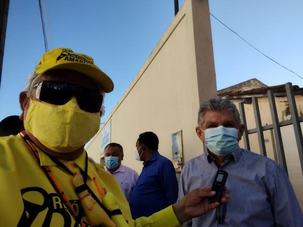 Pastor Besaleel cedendo entrevista ao repórter Amarelinho(Imagem:FlorianoNews)