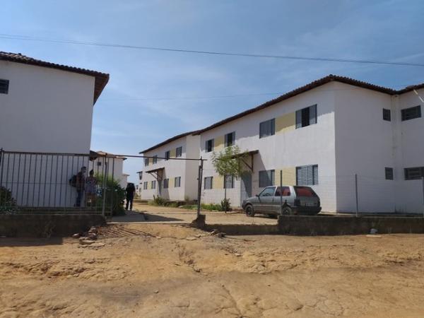 Criança de 2 anos morre com tiro na cabeça enquanto brincava na porta de casa em Teresina.(Imagem:Francisco Lima/TV Clube)