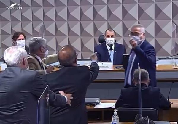 Senadores Renan e Jorginho batem boca na CPI(Imagem:Reprodução)